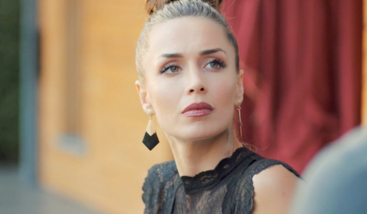 Daydreamer Polen interpretata da Kimya Gökçe Aytaç mentre parla con Can nella puntata 23 Credits Mediaset