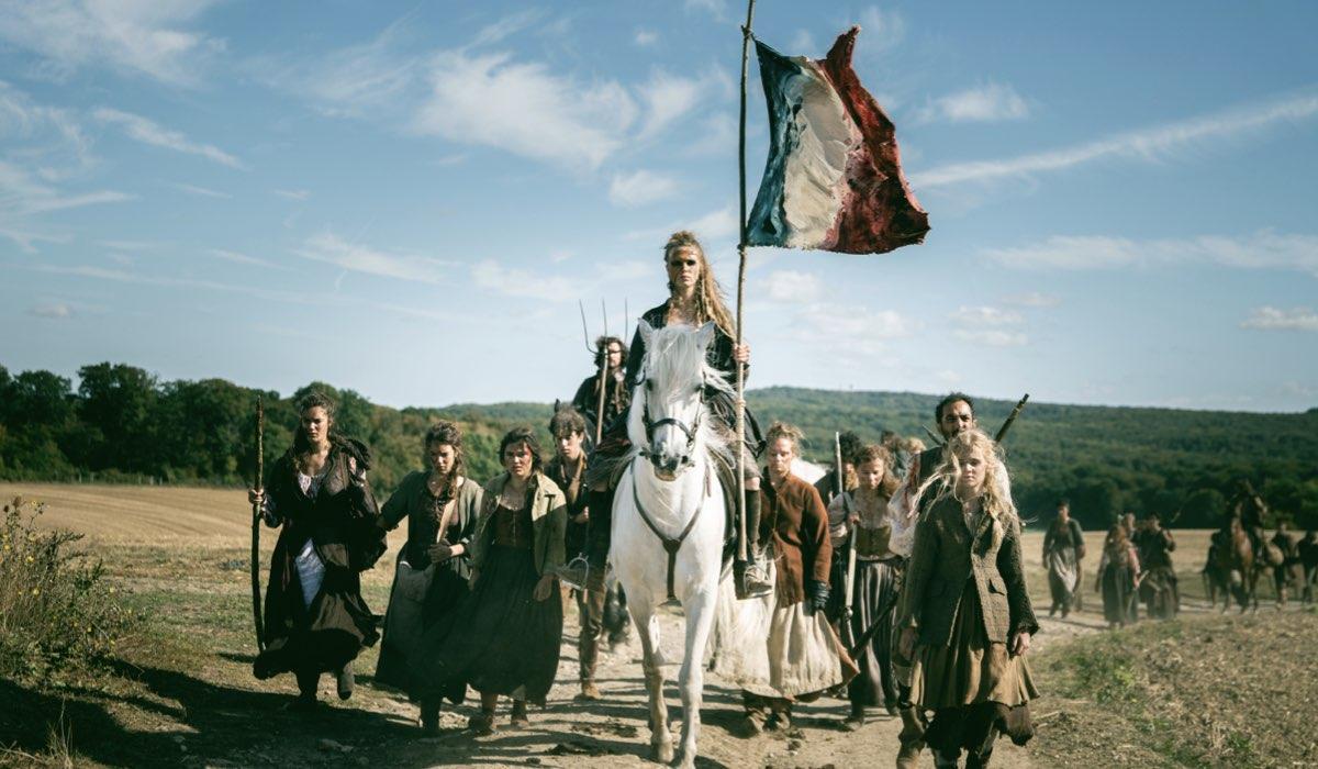 Gaïa Weiss nei panni di Marianne in una scena di La Révolution. Credits: Netflix.