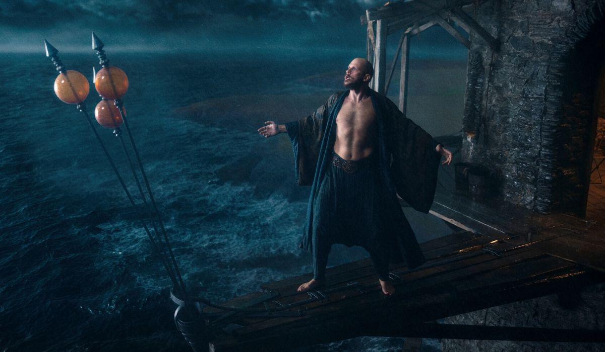 Gustaf Skarsgard è Mago Merlino in Cursed Credits Netflix