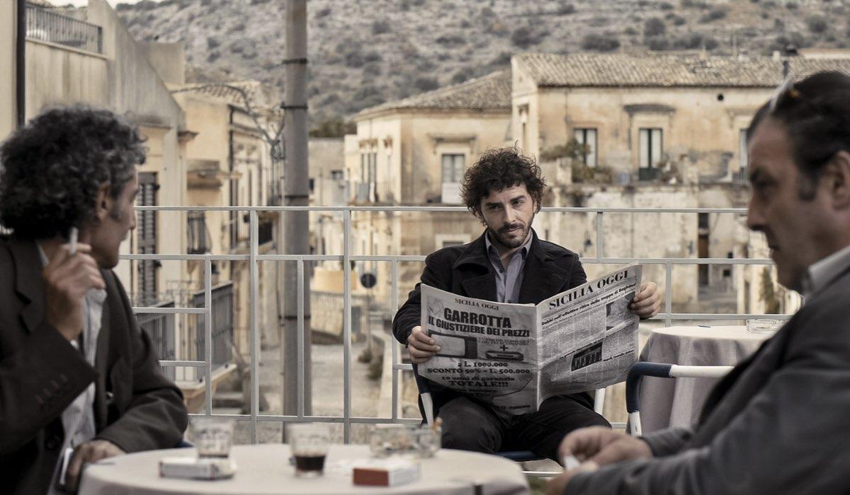Il giovane Montalbano 2 stagione, qui Salvo interpretato da Michele Riondino con in mano un giornale foto Credits di Palomar e RAI