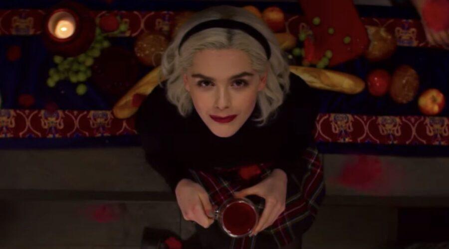 Kiernan Shipka nei panni di Sabrina nel trailer de Le terrificanti avventure di Sabrina. Credits: Netflix.