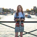 Lily Collins in una scena di Emily In Paris. Credits: Carole Bethuel/Netflix