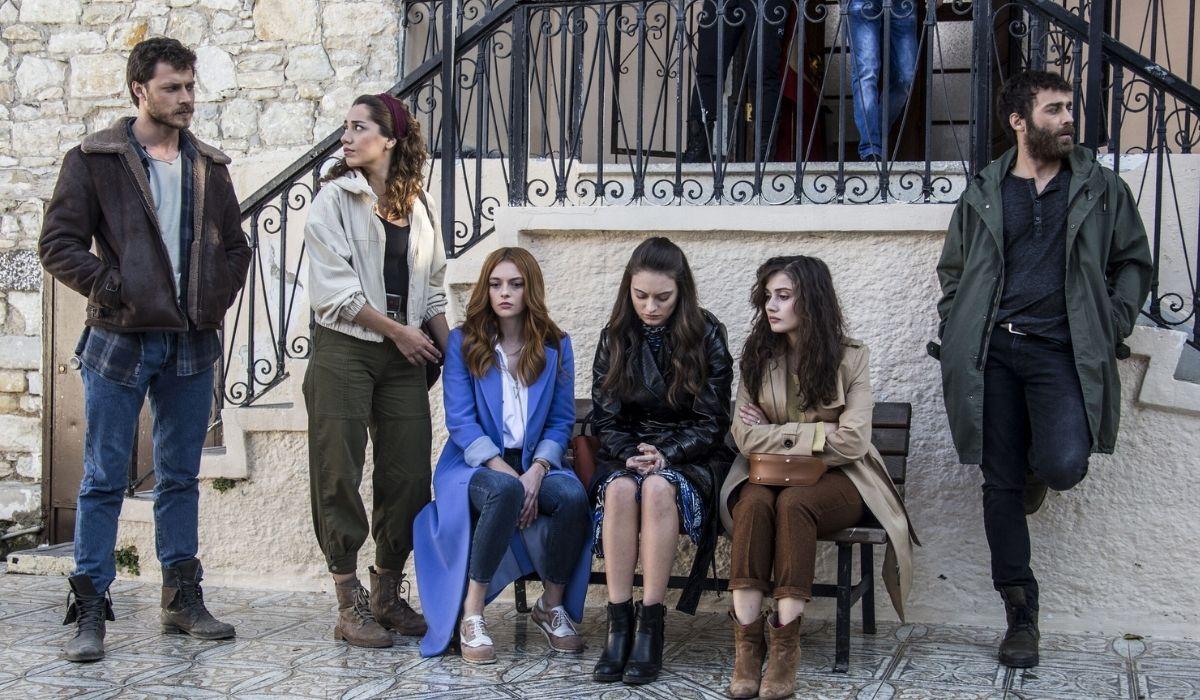 Mahir, Sevda, Deren, Cilem, Azra e Sinan nella soap Come sorelle Credits Eccho Rights e Mediaset