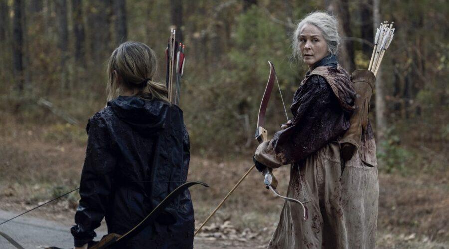 Melissa McBride nei panni di Carol in una scena di The Walking Dead 10x16