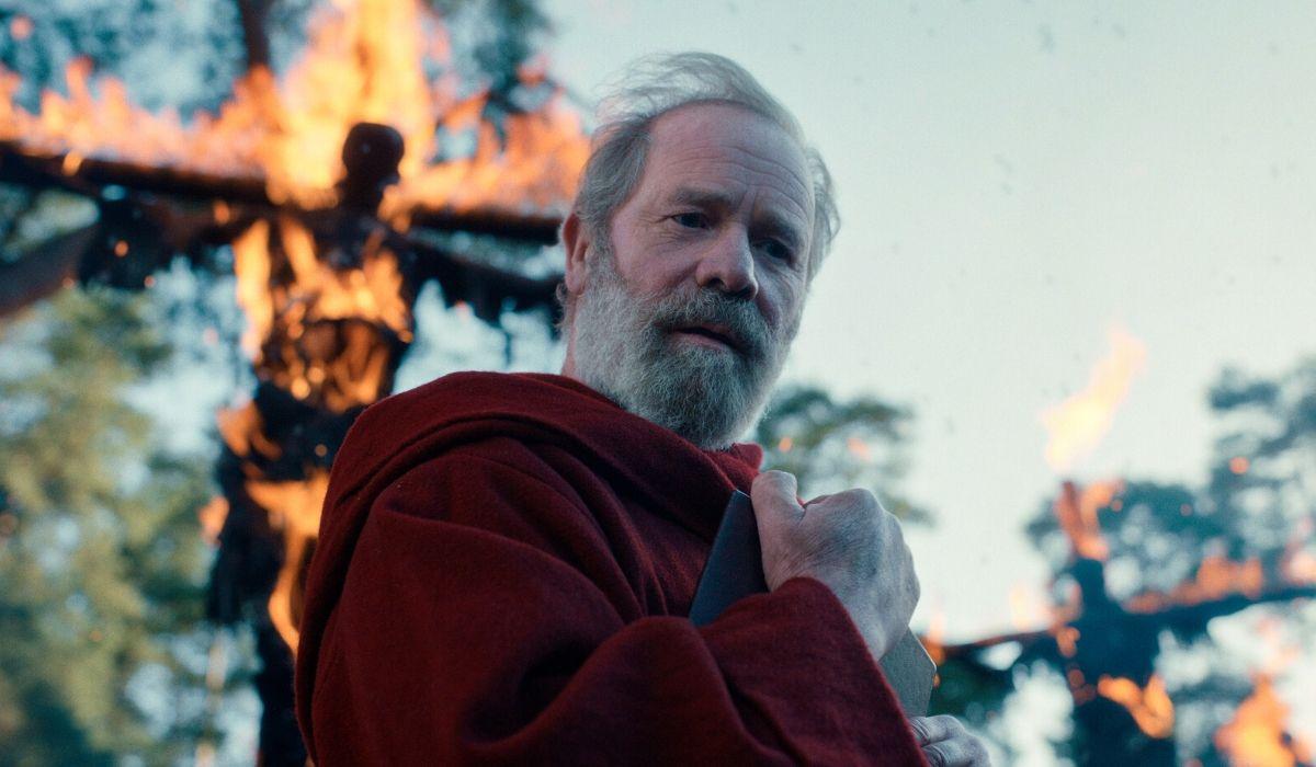 Peter Mullan è Padre Carden in Cursed episodio 1 Credits Netflix