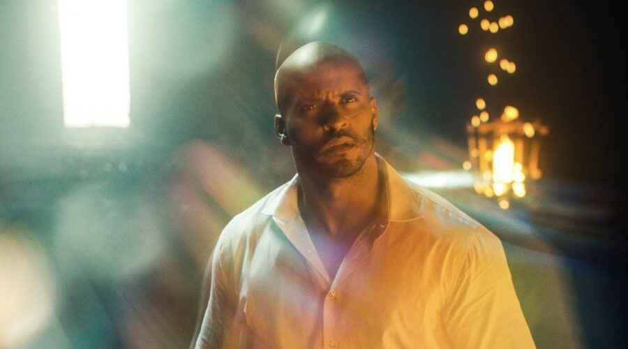 Ricky Whittle nei panni di Shadow Moon in una scena della seconda stagione di American Gods Credits Amazon Prime Video e Starzplay
