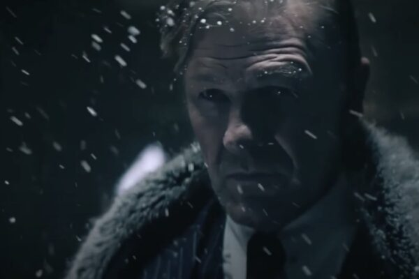 Sean Bean interpreta il Signor Wilford nella stagione 2 di Snowpiercer fotogramma dal teaser credits TNT