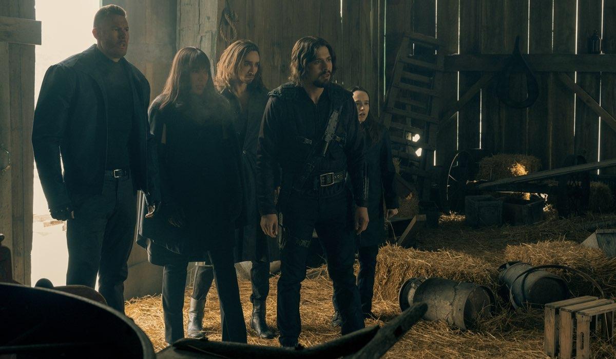 Da sinistra a destra: Tom Hopper, Emmy Raver-lampman, Robert Sheehan, David Castañeda e Ellen Page in The Umbrella Academy 2. Credits: Christos Kalohoridis/Netflix
