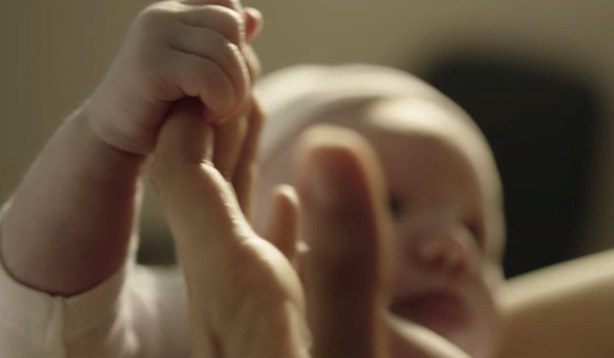 Vis a Vis L'Oasis Macarena dà alla luce il suo bambino nell'episodio 8 Credits Netflix