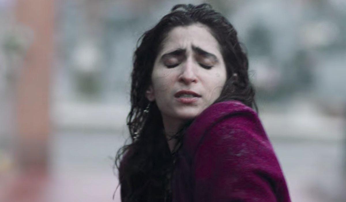 Vis a Vis L'Oasis Saray al cimitero mentre balla per Zulema nell'episodio 8 Credits Netflix