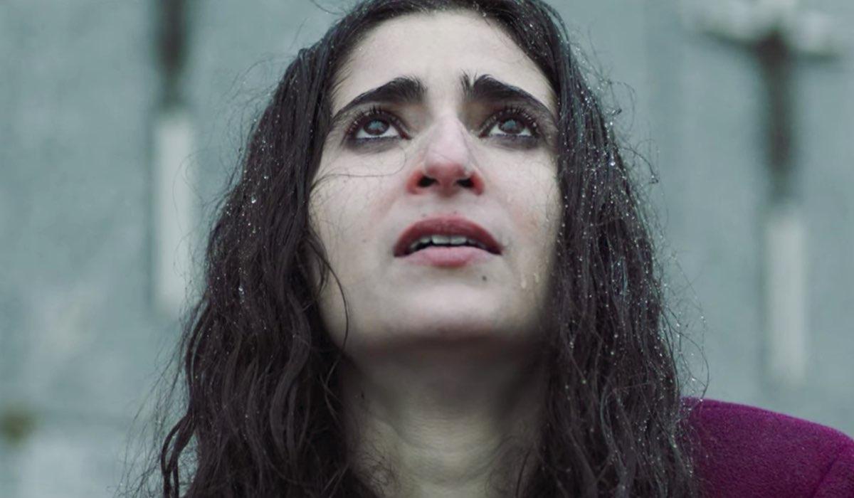 Vis a Vis L'Oasis Saray al cimitero nell'episodio 8 Credits Netflix