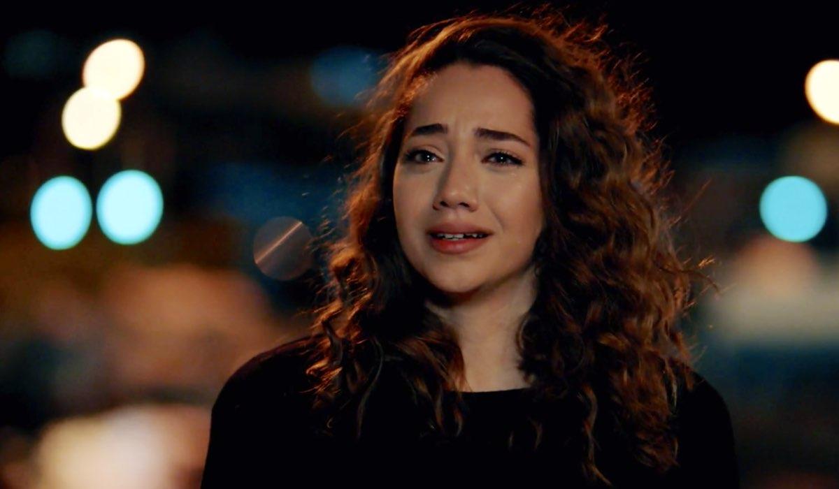 Come Sorelle Azra non vuole partire e costutuirsi nell'episodio 8 Credits Mediaset