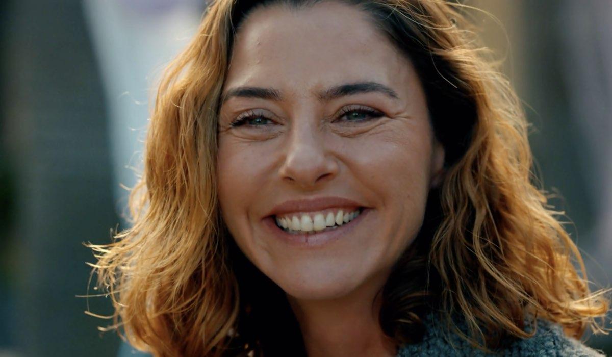 Come Sorelle Cahide nelle ultime scene dell'episodio 8 Credits Mediaset