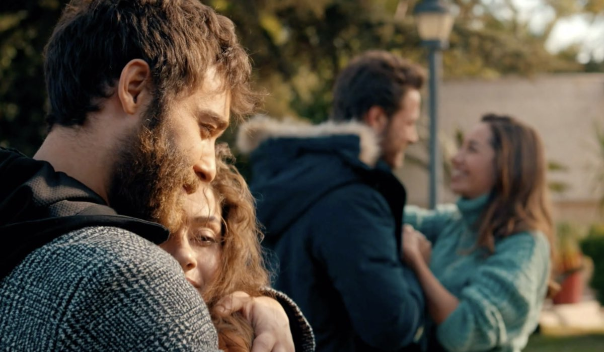 Come Sorelle gli abbracci in una delle ultime scene dell'episodio 8 Credits Mediaset