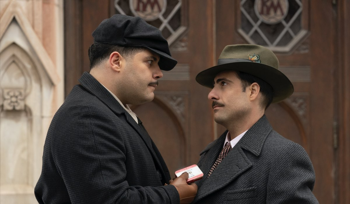 Da sinistra: Salvatore Esposito e Jason Schwartzman nella quarta stagione di Fargo. Credits FX via Sky Italia.