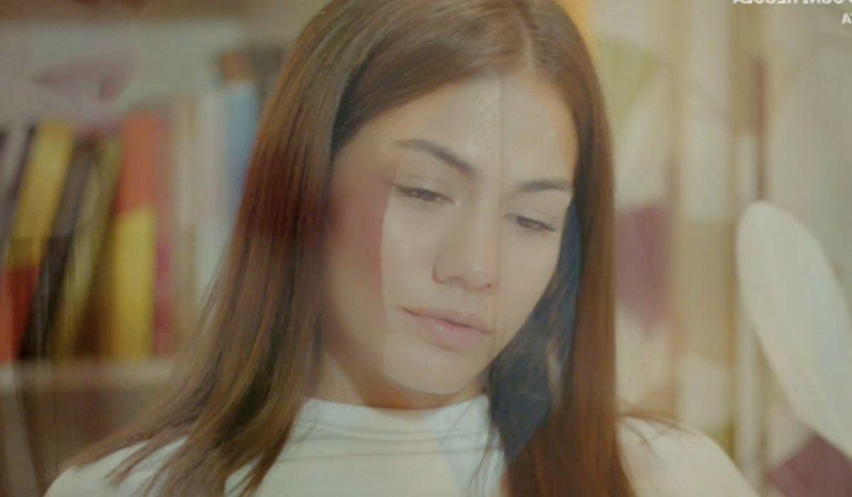 Daydreamer Sanem mentre legge Sevda Sözleri di Cemal Süreya, qua nella puntata 52 Credits Mediaset