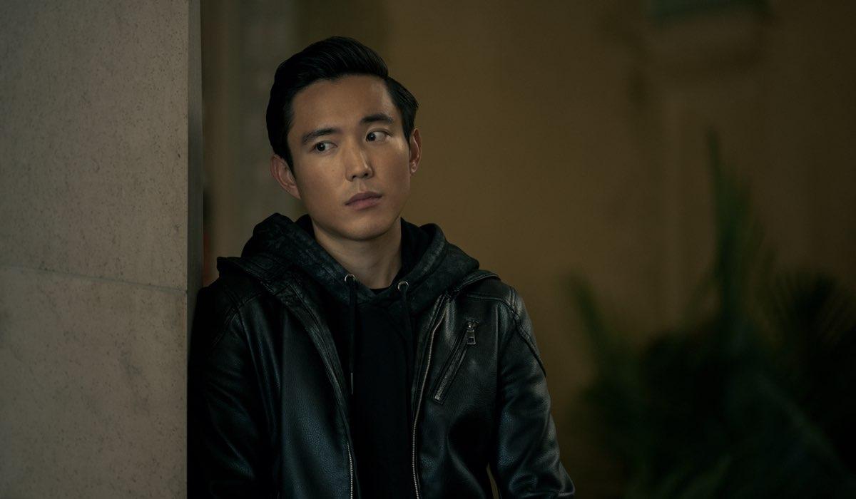 Justin H. Min nei panni di Ben Hargreeves. Credits Christos Kalohoridis Netflix © 2020