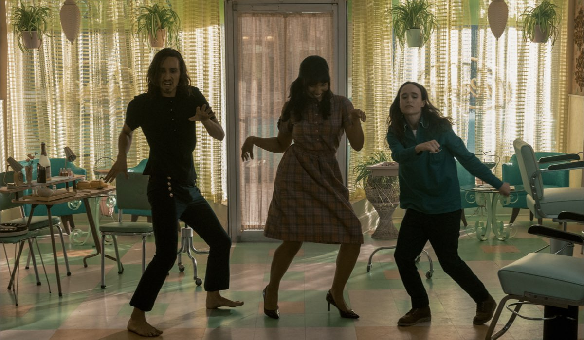 Da sinistra a destra: Robert Sheehan, Emmy Raver-Lampman e Ellen Page sono Klaus, Allison e Vanya. Credits Christos Kalohoridis Netflix © 2020