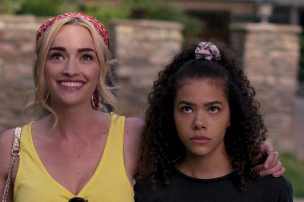 Da sinistra: Brianne Howey e Antonia Gentry sono Georgia e Ginny. Credits: Netflix.