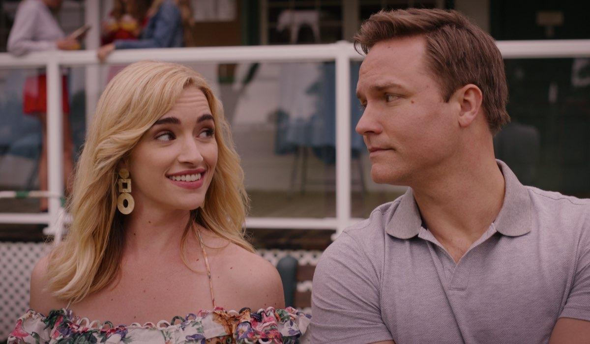 Da sinistra: Brianne Howey (Ginny) e Scott Porter (Paul Randolph) in una scena di Ginny & Georgia. Credits: Netflix.