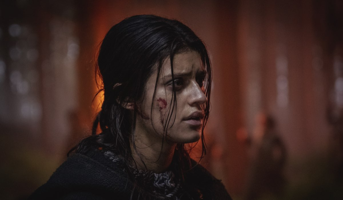 Anya Chalotra (Yennefer) in una scena della seconda stagione di The Witcher. Credits: Netflix.
