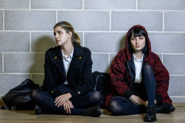 Da sinistra: Benedetta Porcaroli e Alice Pagani nel secondo episodio della terza stagione di Baby. Credits: Netflix.