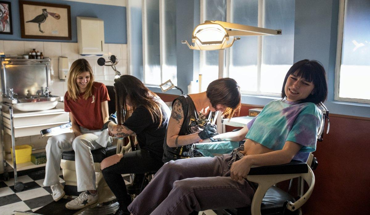 Da sinistra: Benedetta Porcaroli (Chiara) e Alice Pagani (Ludo) nel sesto episodio della terza stagione di Baby. Credits: Netflix.