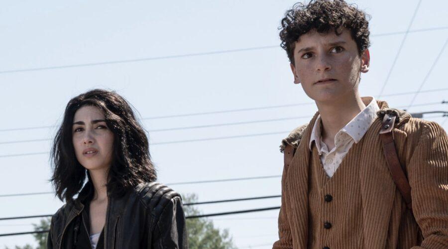 Da sinistra: Alexa Mansour (Hope) e Nicolas Cantu (Elton) in The Walking Dead: World Beyond. Credits: AMC/Amazon Prime Video.