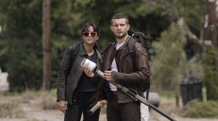 Da sinistra: Annet Mahendru (Huck) e Nico Tortorella (Felix) in The Walking Dead: World Beyond. Credits: AMC/Amazon Prime Video.