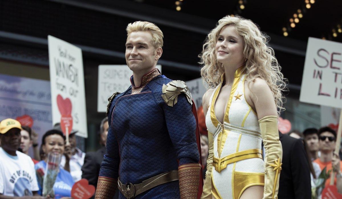 Da sinistra: Antony Starr e Erin Moriarty nei panni di Homelander e Starlight nella seconda stagione di The Boys. Credits: Amazon Prime Video