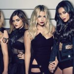 Pretty Little Liars reboot. Da sinistra: Sasha Pieterse, Lucy Hale, Ashley Benson, Shay Mitchell e Troian Bellisario in un particolare della copertina DVD del cofanetto stagione 7 di Pretty Little Liars. Credits: Warner Bros. Home Video Italia