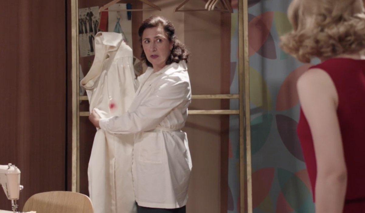 Il Paradiso delle Signore 4 Agnese e Gabriella senza parole davanti all'abito macchiato di Ludovica, qui nella puntata 147 Credits RAI