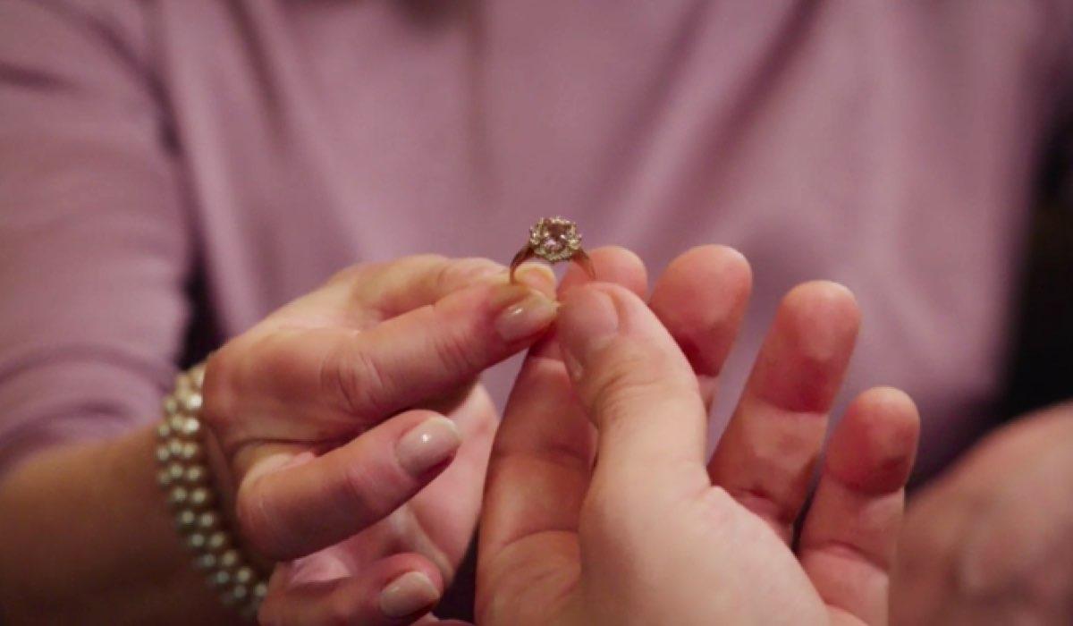Il Paradiso delle Signore 4 Delfina consegna il suo anello di fidanzamento al figlio Cosimo nella puntata 136 Credits RAI