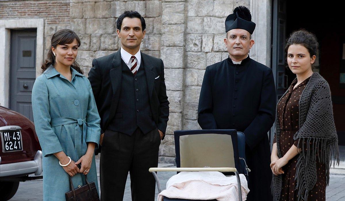 Il Paradiso delle Signore 4 Marta, Vittorio, Don Saverio con la piccola Anna e la ragazza che l'ha abbandonata Credits RAI
