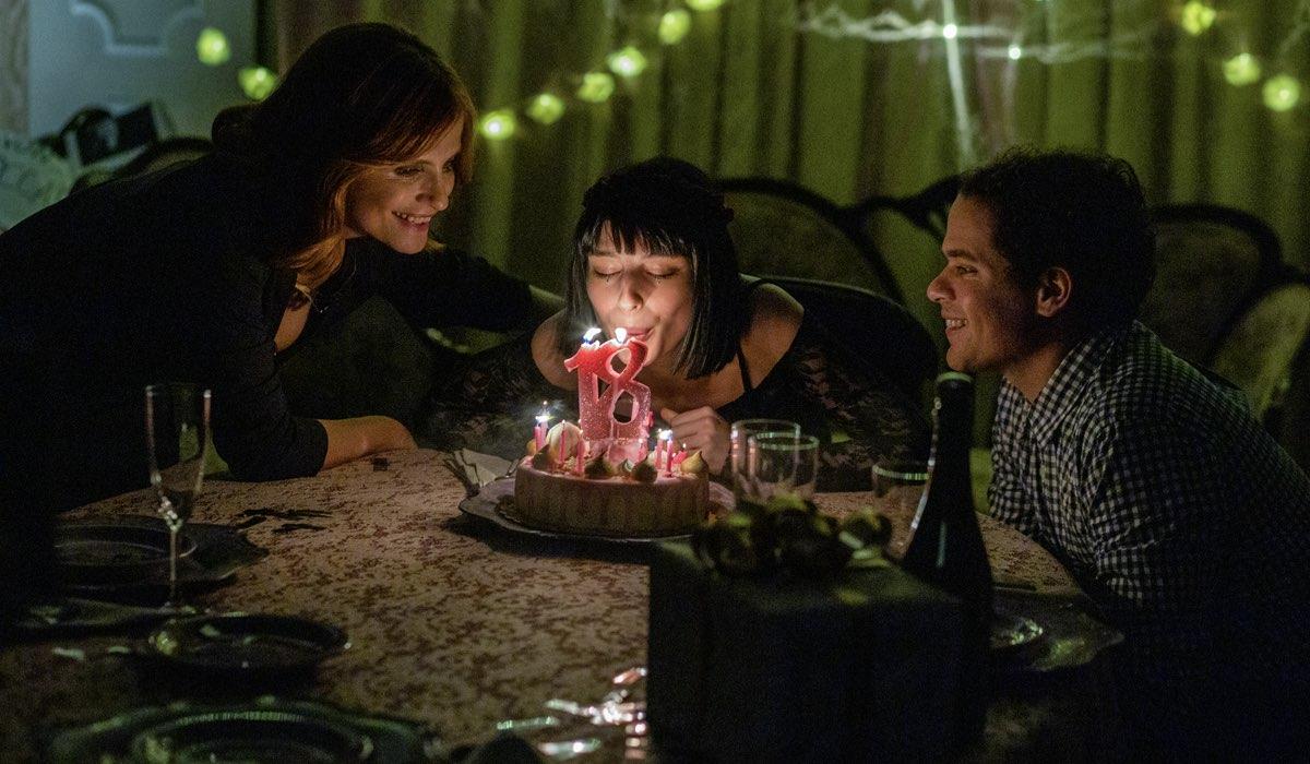 Da sinistra: Isabella Ferrari (Simonetta), Alice Pagani (Ludovica) e Brando Pacitto (Fabio) nel terzo episodio della terza stagione di Baby. Credits: Netflix.