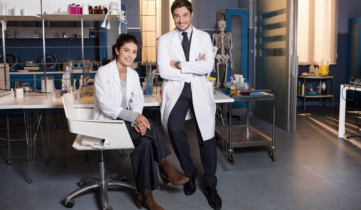 L'allieva 3 Alice e Claudio interpretati da Alessandra Mastronardi e Lino Guanciale, qui in un posato Credits RAI