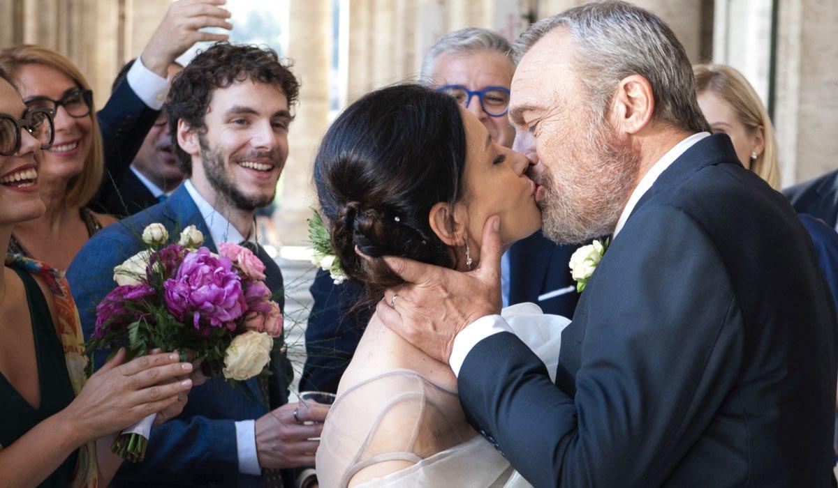 Nero a metà 2 Cristina e Claudio si danno un bacio nel giorno del loro matrimonio Credits RAI