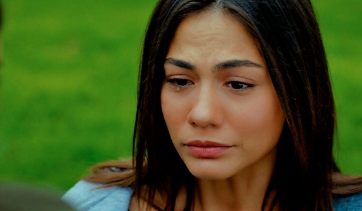 Sanem Aydin piange in Daydreamer- Le ali del sogno Credits Mediaset