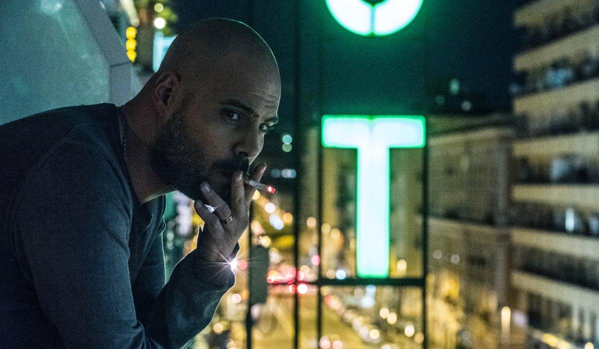 Una scena di Gomorra 3 con Marco D'Amore che interpreta Ciro mentre fuma una sigaretta Credits SKY