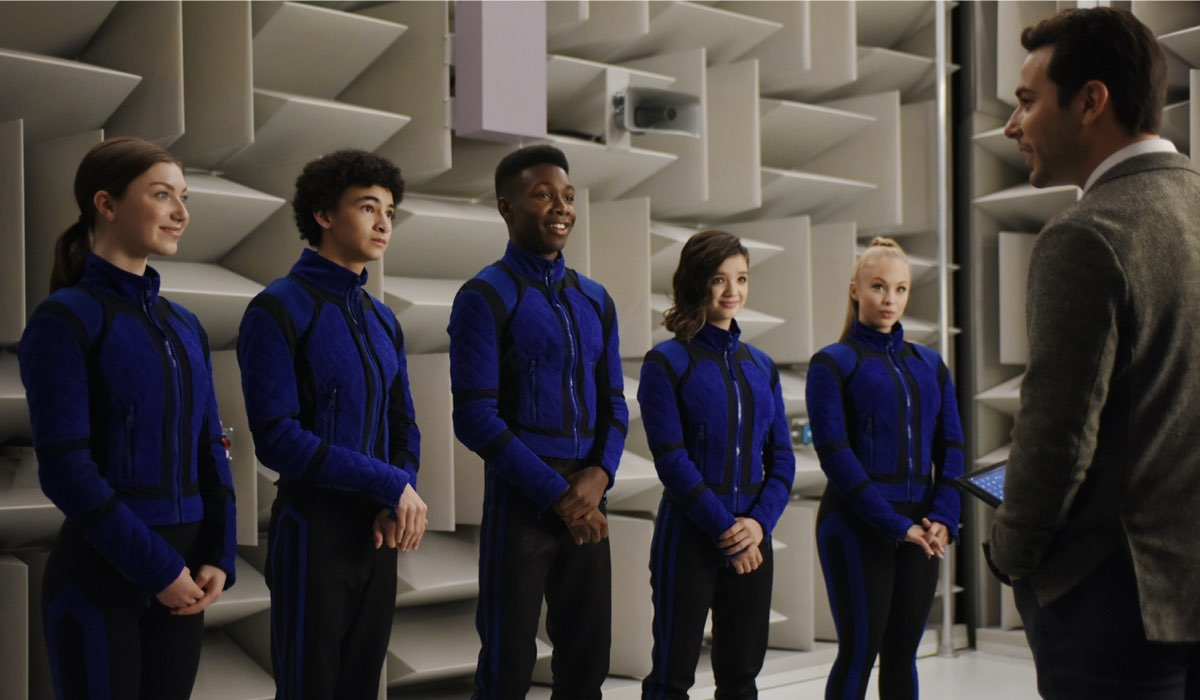 Da sinistra a destra: Isabella Blake-Thomas, Faly Rakotohavana, Niles Fitch, Peyton Elizabeth, Olivia Deeble e Skylar Astin. Credits: Disney+