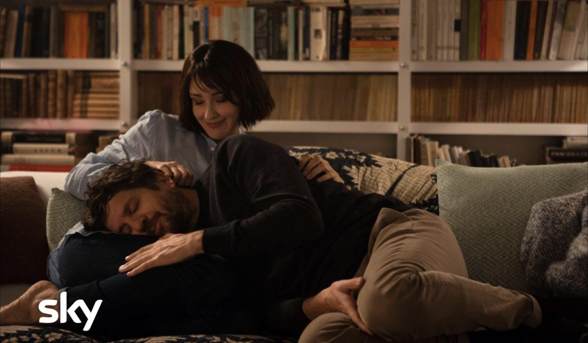 Da sinistra: Anita Caprioli (Chiara) e Fabio De Luigi (Giovanni) in uno scatto dal set di Ridatemi Mia Moglie. Credits: Loris Zambelli/Sky Italia.