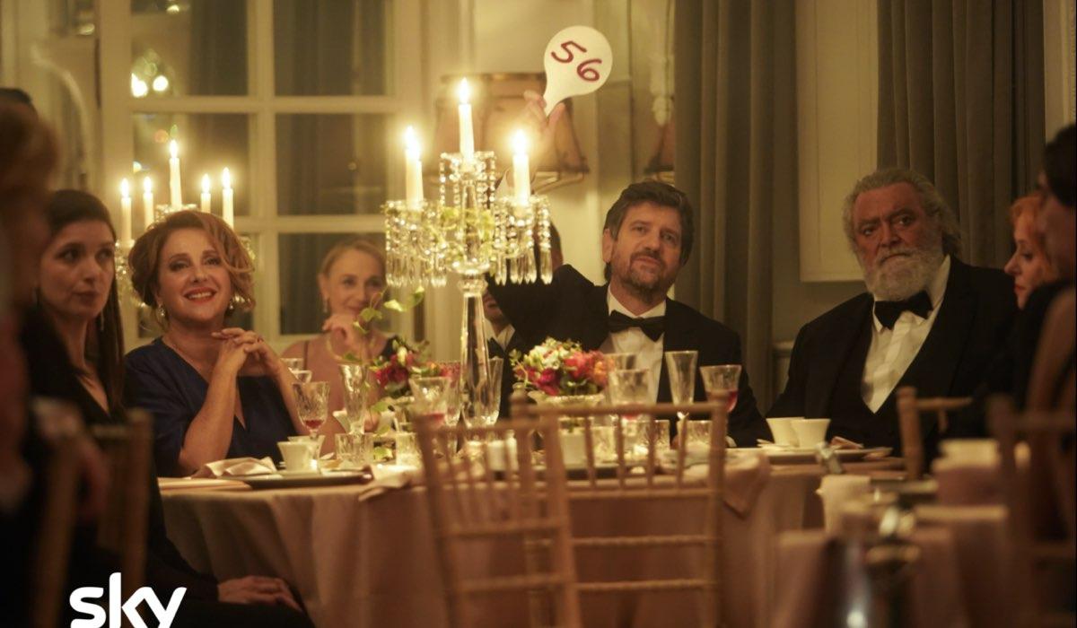 Da sinistra: Carla Signoris (Rossana), Fabio De Luigi (Giovanni) e Diego Abatantuono (Renato) in uno scatto dal set di Ridatemi Mia Moglie. Credits: Loris Zambelli/Sky.