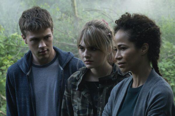Da sinistra: Connor Jessup, Emilia Jones e Sherri Saum in Locke e Key. Credits: Christos Kalohoridis/Netflix.