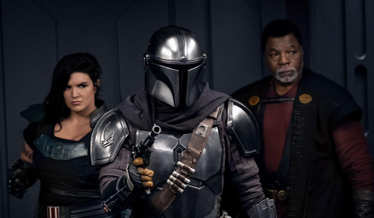 Da sinistra: Gina Carano, Pedro Pascal e Carl Weathers in una scena di The Mandalorian 2. Credits: Disney Plus.
