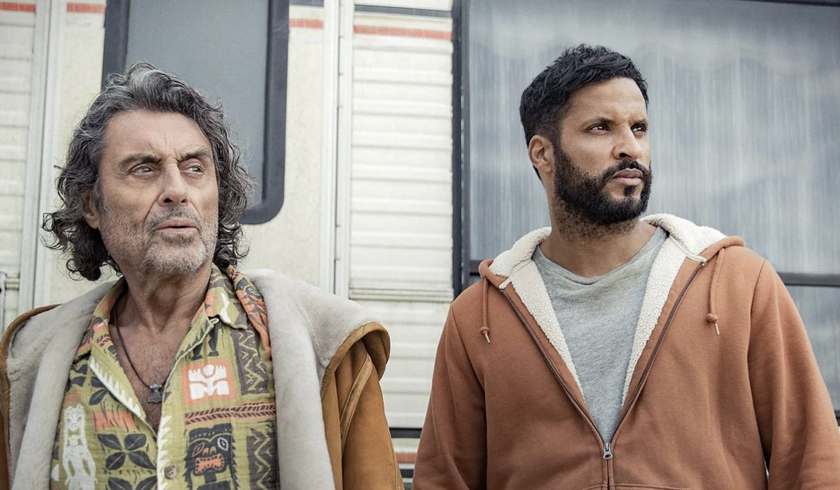 Da sinistra: Ian McShane (Mr. Wednesday) e Ricky Whittle (Shadow Moon) in una scena di American Gods 3. Credits: Amazon Prime Video/Starz.