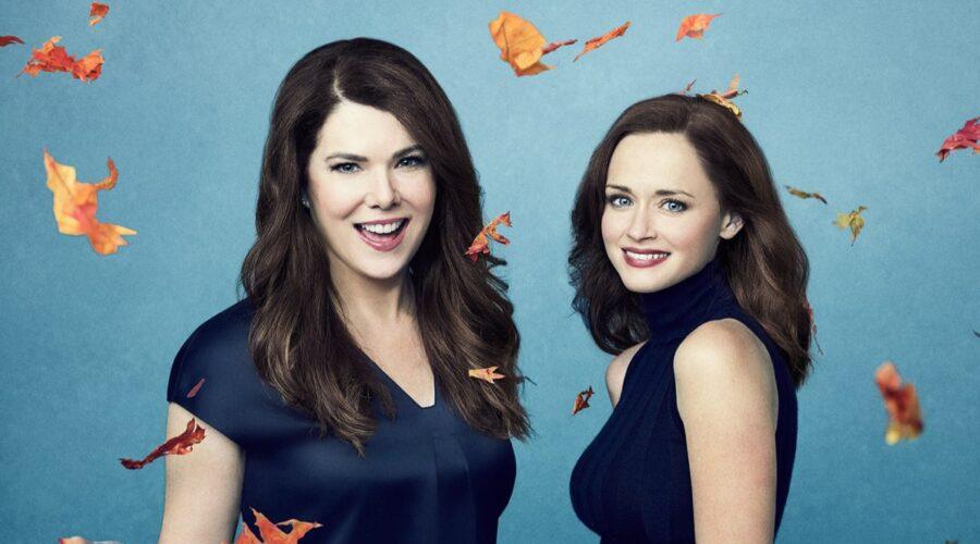 Da sinistra a destra: Lauren Graham e Alexis Bledel nel poster di Una mamma per amica Di Nuovo Insieme. Credits: Netflix Warner Bros. Television.