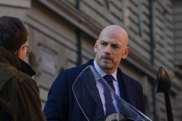Cinaglia uccide alice Filippo Nigro nei panni di Amedeo Cinaglia in una scena di Suburra 3. Credits: Netflix.