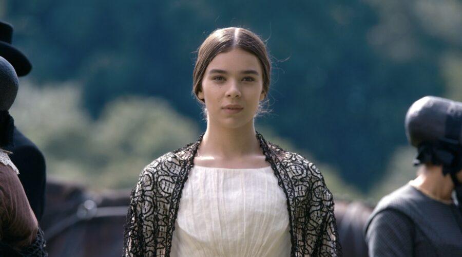Hailee Steinfeld in una scena della prima stagione di Dickinson, in streaming su Apple TV+.