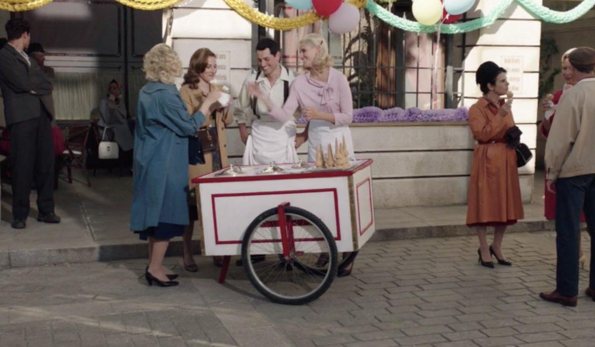 Il Paradiso delle Signore 4 Salvatore e Laura interpretati da Emanuel Caserio e Arianna Montefiori nella puntata 160 con il gelato da asporto Credits RAI