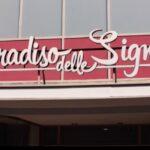 Il Paradiso delle Signore 5 scritta del grande magazzino da fuori, qui in una scena della puntata 14 Credits RAI